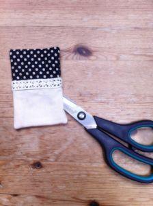Si utilizar la punta de la tijera puedes sacar las esquinas para que la forma del Pincushion quede bien.