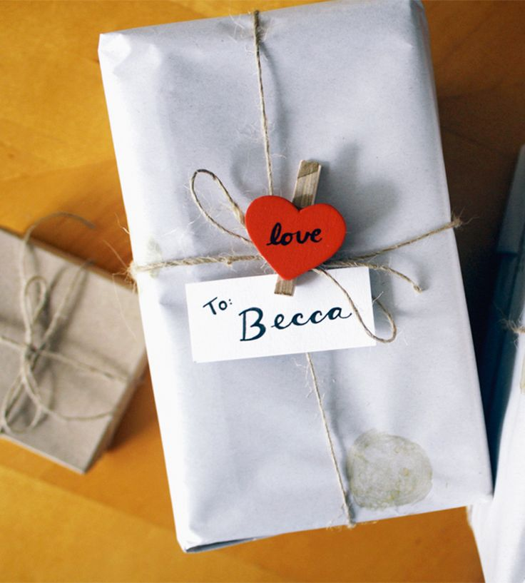Una pinza con un corazón o decorada por ti sujeta al lazo de cuerda y la tarjeta