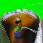 側面の一穴目を縫う