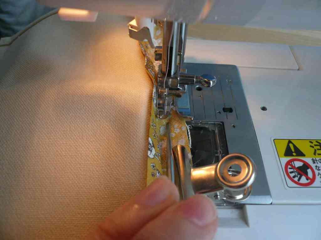 端をミシンで縫う