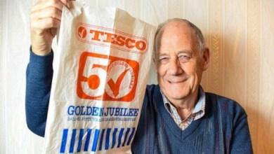 صورة رجل يستعمل كيس بلاستيك فى التسوق لمدة 34 عاما