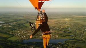 Станіслав Панюта пройшов по стропі між двома повітряними кулями.