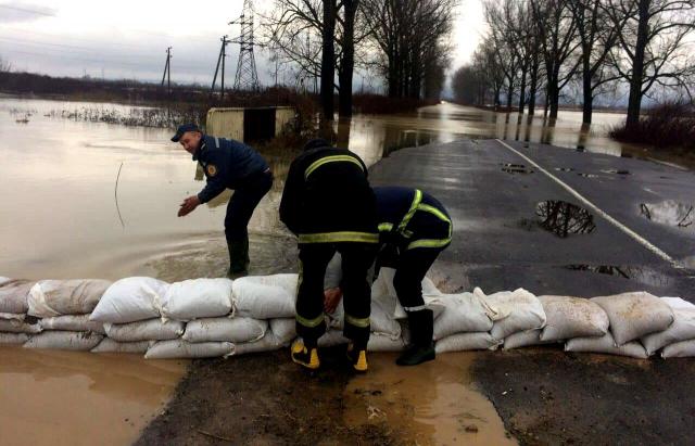"""Закарпаття """"попливло"""". Затоплені дороги і сотні будинків"""
