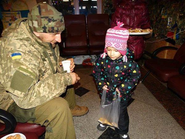 Маленька Поліна називає себе волонтером