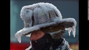 Зима в США. Людина в обмерзлій шапці