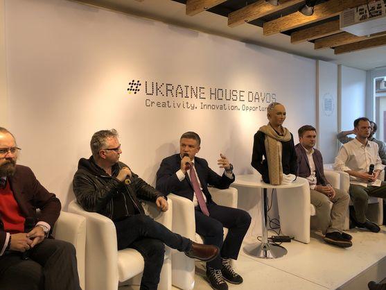 Український дім в Давосі відвідала робот Софія