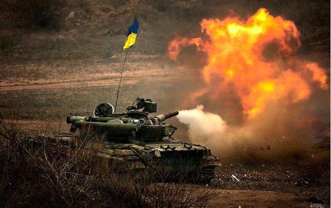 Танк веде вогонь по позиціях ворога