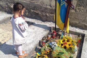 Маленька Юстина на могилі свого батька