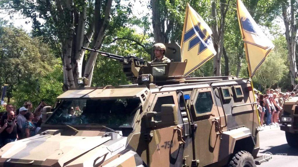 Під носом у ворога. В Маріуполі відбувся військовий парад - фото, відео