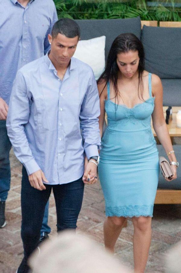 Кріштіану і Джорджину зняли на вулиці іспанського міста Малага, коли вони, тримаючись за руки, прямували до одного з його ресторанів.