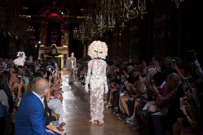 Моделі представляють сукні з колекції haute couture французького дизайнера Бертрана Гайона