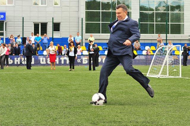 Януковича помітили на футбольному матчі Іспанії і Росії