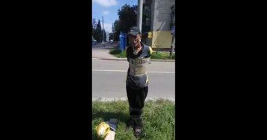 Педофіла-ватника у Чернігові привязали до стовпа