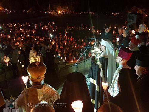 Молитовна хода зі свічками в Зарваниці. Погляд з висоти - відео