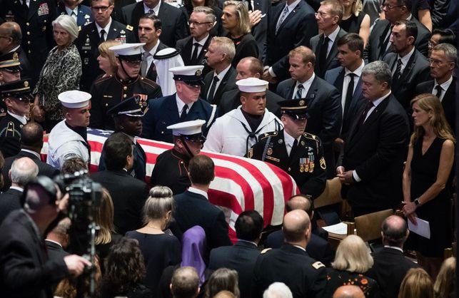 Маккейн на своєму похороні поставив поруч з Порошенком Генсека НАТО