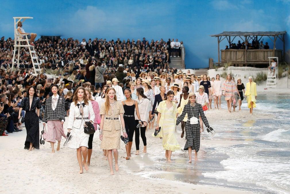 Показ бренду Chanel на Тижні моди в Парижі