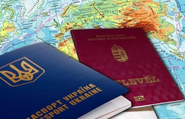 Угорський та український паспорти