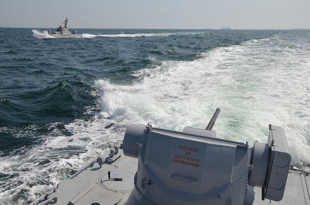 Російські прикордонні кораблі протаранили судно ВМС України