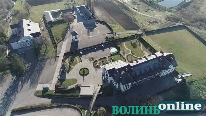 Вертолітний майданчик у монастирі