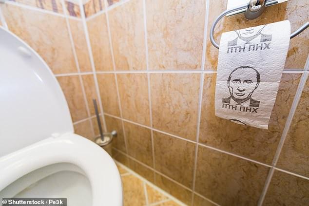 Британський міністр оборони використовує туалетний папір з портретом Путіна
