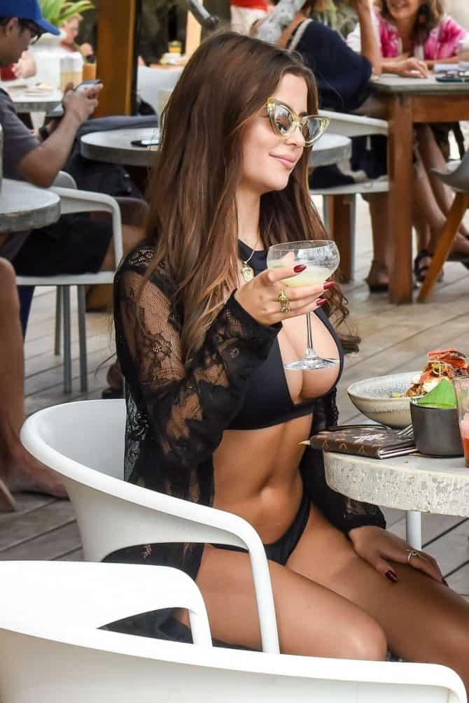 Модель Демі Роуз на ланчі в курортному Тулумі.