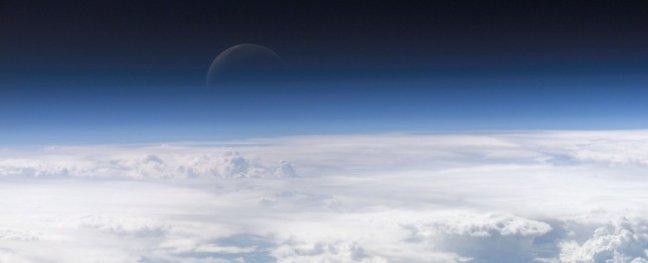 Місяць насправді перебуває в атмосфері Землі