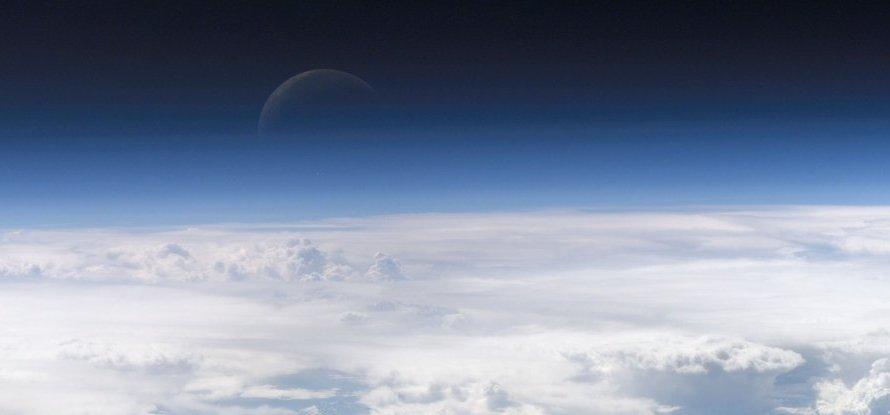Місяць обертається в атмосфері Землі