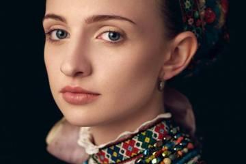 Дівчина у вишиванці