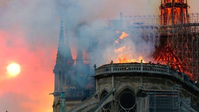 Горить Собор Паризької Богоматері