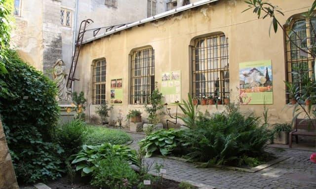 Подвір'я музею історії релігії у Львові