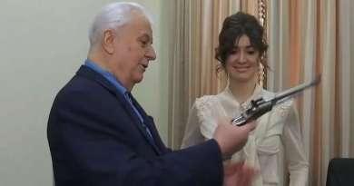 Леоніда Кравчука «заспокоює» особистий пістолет