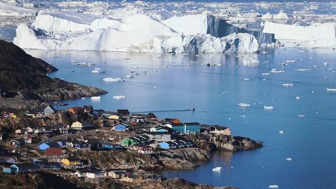 Лід пливе повз селище Ілуліссат в Гренландії.