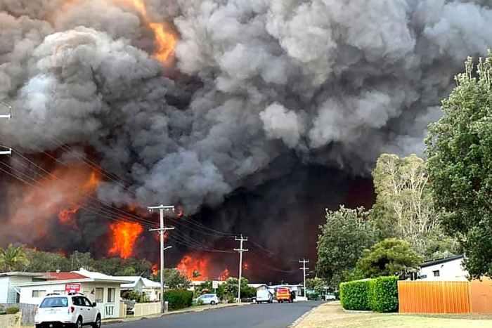 Полум'я від бурхливої пожежі в Харрінгтоні
