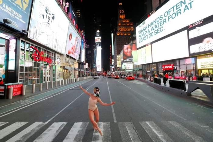 Танцівниця на порожній Таймс_сквер в Нью-Йорку