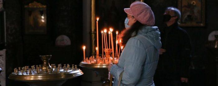 Вірянка у храмі під час карантину