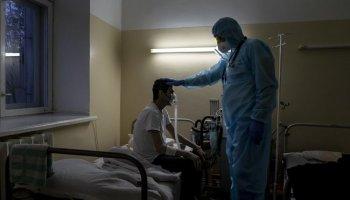Лікар і хворий на коронавірус