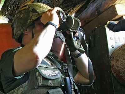 бої на Донбасі, військовий з біноклем