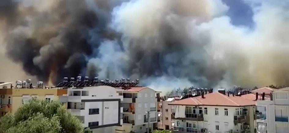 У туристичній турецькій Анталії горить ціле місто. Відео