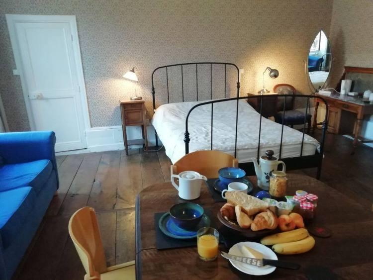 Petit déjeuner dans une chambre, maison d'hôtes Felletin, Creuse