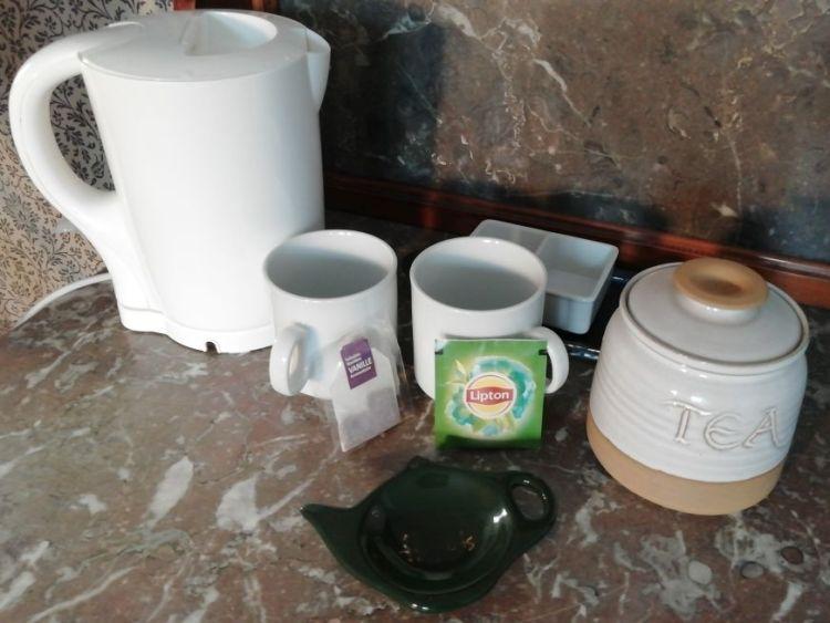 Chambre 2 équipée d'une bouilloire et de tasses.