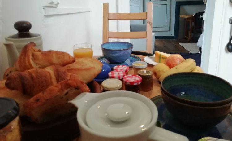 Croissants, pain, fruits, thé, café, petit déjeuner