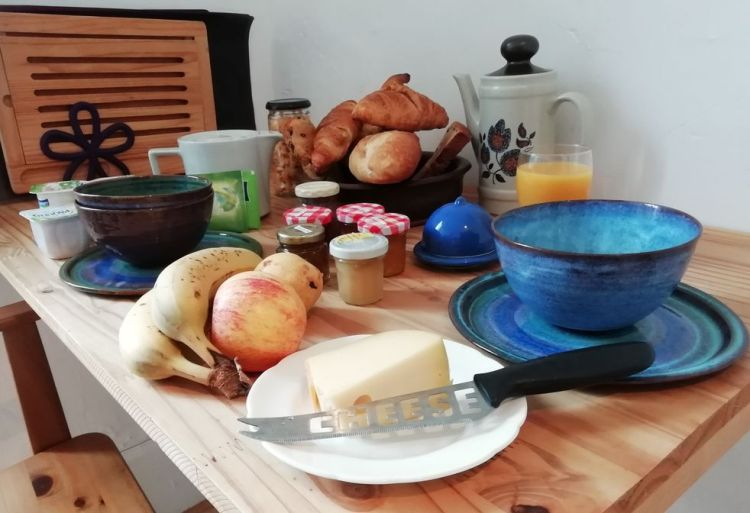 chambre 3 avec cuisine, petit déjeuner sur la table