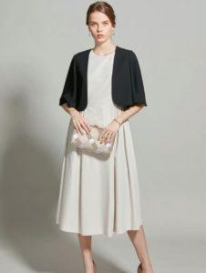 白っぽいドレス×黒ジャケット