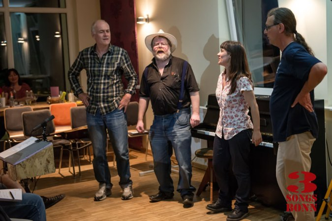 Linda meets the challenge of Bonn Folk Club - with a little help from some friends...