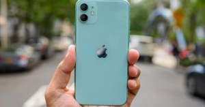 Retro iPhone 11 in mano