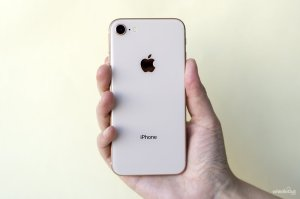iPhone 8 in mano