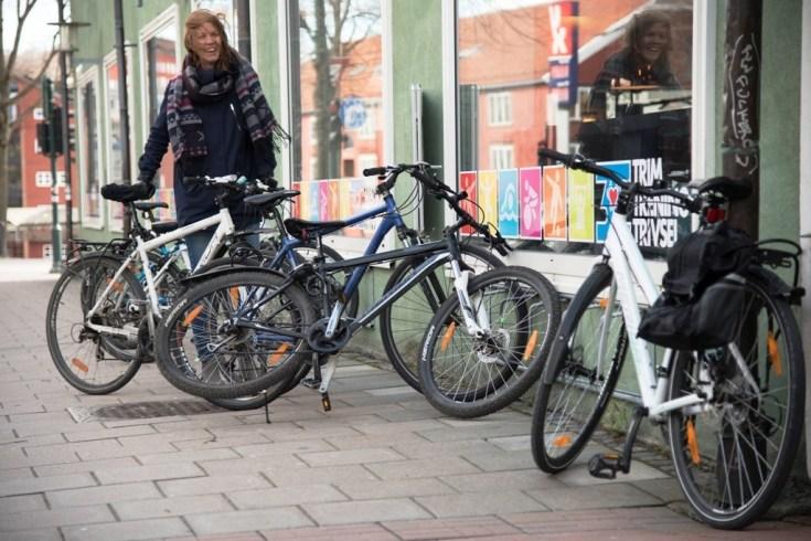 Få parkeringsplasser: Det vrimler av villparkerte sykler i Midtbyen. Mari Olden ved Kommunalteknikk leter etter nye plasser til gode sykkelstativ. Carl-Erik Eriksson, trondheim2030.no