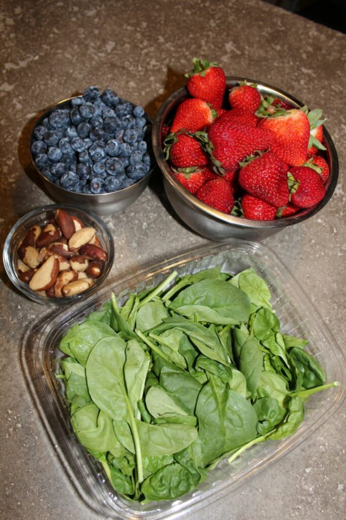 Summer Spinach and Berry Salad: 3ten.ca