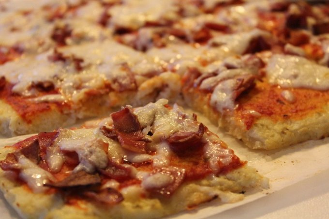 Cauliflower Pizza Crust: 3ten.ca #cauliflower #glutenfree #pizza