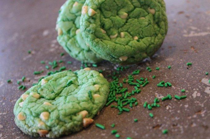 Green Velvet Cake Box Cookies: 3ten.ca #stpatrick #cookies #green